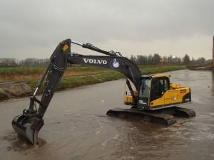 Rupksraan Volvo EC 210 met 1.500 liter bak, kantelbak, puinbak, palletvorken, sorteergrijper & verlenggiek